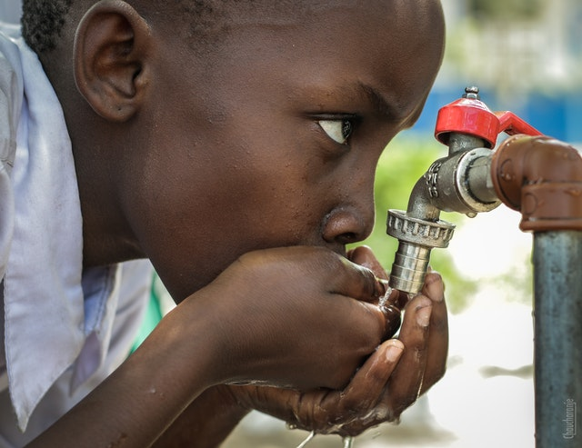 illustrative image of a boy drinking water to explain deeqa water desenalation services
